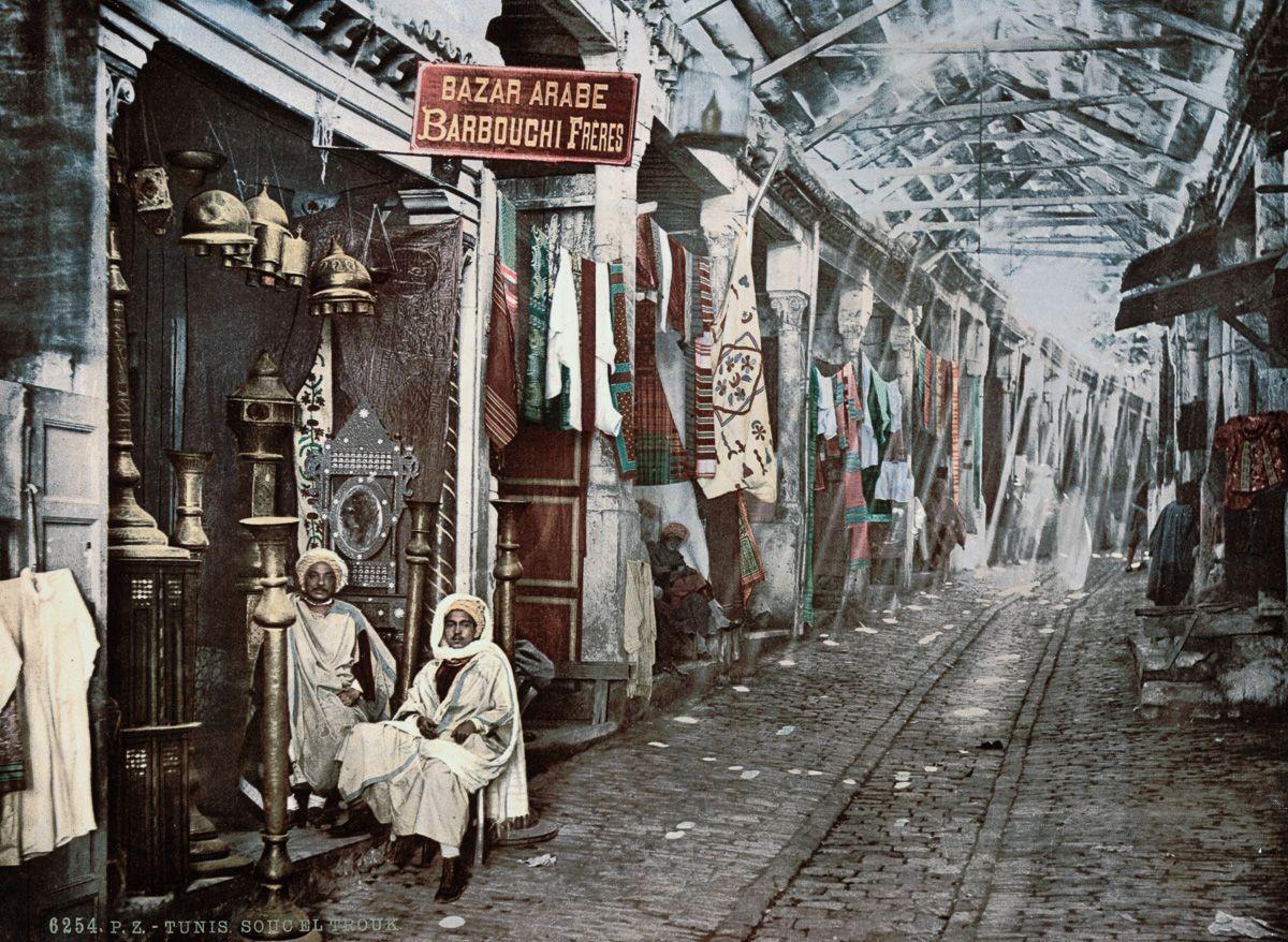 Базар Сук Эль-Трук в Тунисе. Фотохромию (цветную литографию) придумал швейцарский издатель в 1880-х