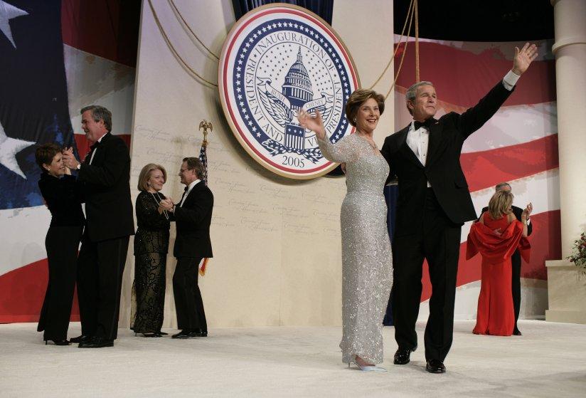 2005 год, Лора Буш в платье Oscar de la Renta с V-образным вырезом. Этого же модельера первая леди в