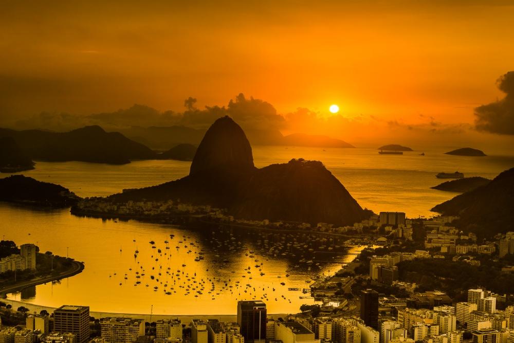 © Higor de Padua Vieira Neto  Рио-де-Жанейро— город-праздник. Наберегу залива Гуанабара вас