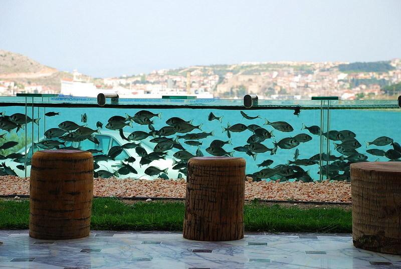 Необычный забор в виде аквариума (4 фото)