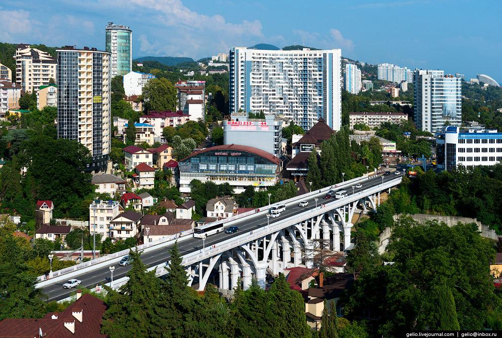 17. Мост является частью Курортного проспекта. Соединяет Центральный и Хостинский район Сочи.<b