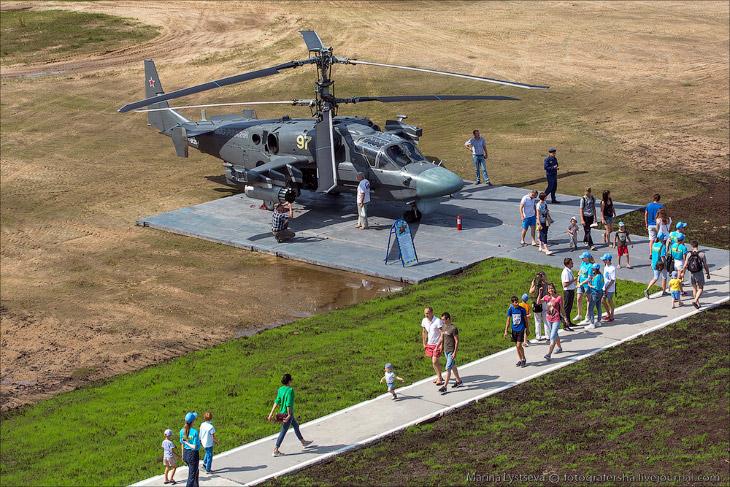 2. Первыми в 10 часов проходят вертолеты с флагами. Далее следует воздушный бой группы самолетов ист