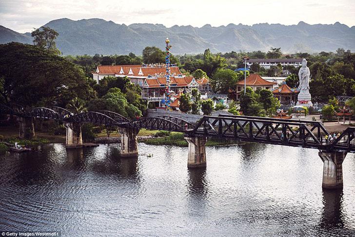 Через настоящую реку Квай нет моста, поэтому часть реки Мае Клонг переименовали в Кхвэяй, чтобы все