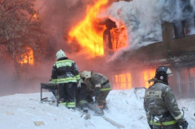 ВХабаровске гасят пожар наскладе