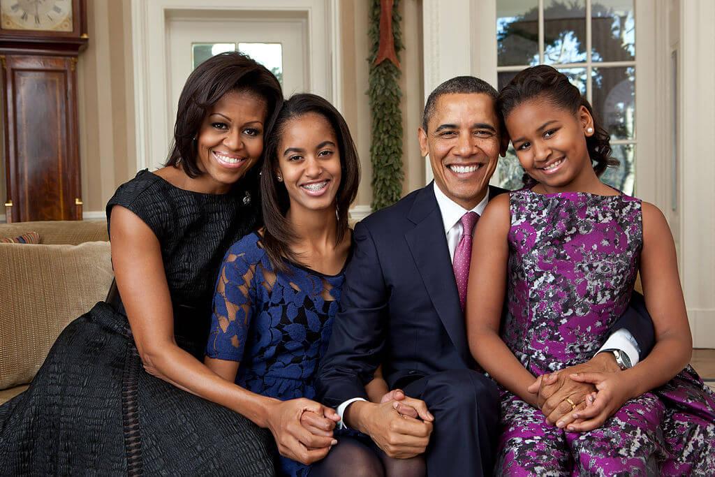 1024px-Barack_Obama_family_portrait_2011.jpg