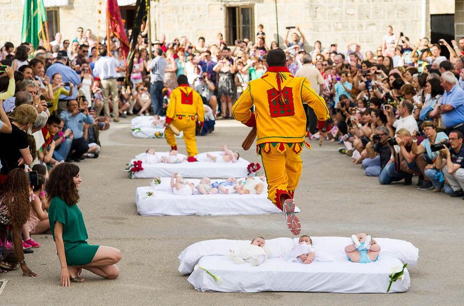 день прыжков через детей в Испании