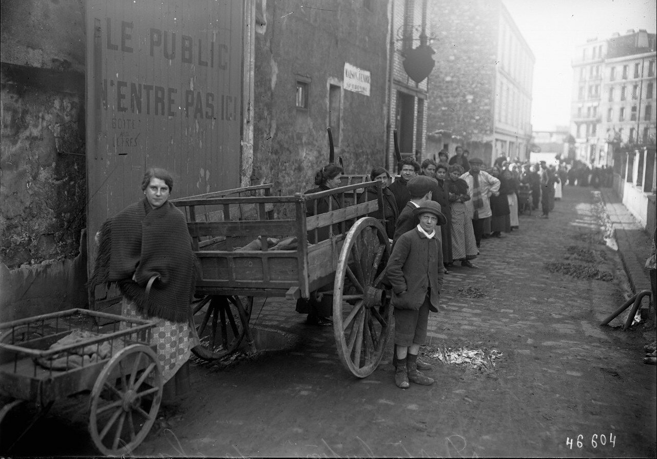 1916. Распределение угля в одном из районов Парижа