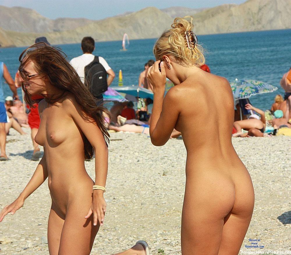 Нудийском латиночки пляже на