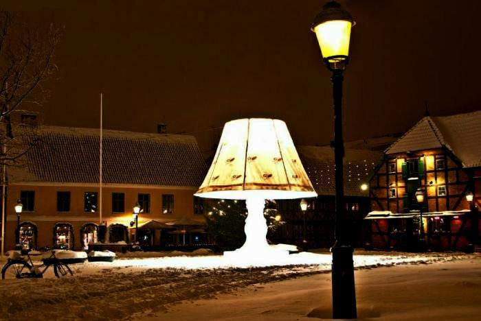 Огромная говорящая скульптура cветильник в Мальме, Швеция (фото)