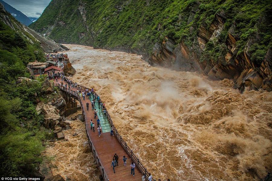 10. Вода в притоке Янцзы в Дечен-Тибетском автономном округе сильно поднялась из-за проливных дождей