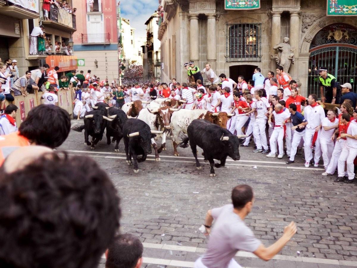 67. Побегайте с быками во время знаменитой фиесты Сан-Фермин в Памплоне, Италия.
