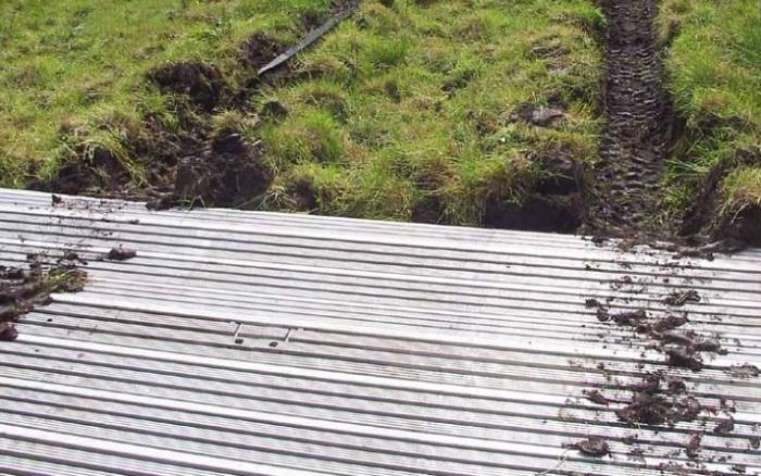 Дорожное полотно, необходимое на болотистым участках местности. Огромный рулон закреплен на грузовик