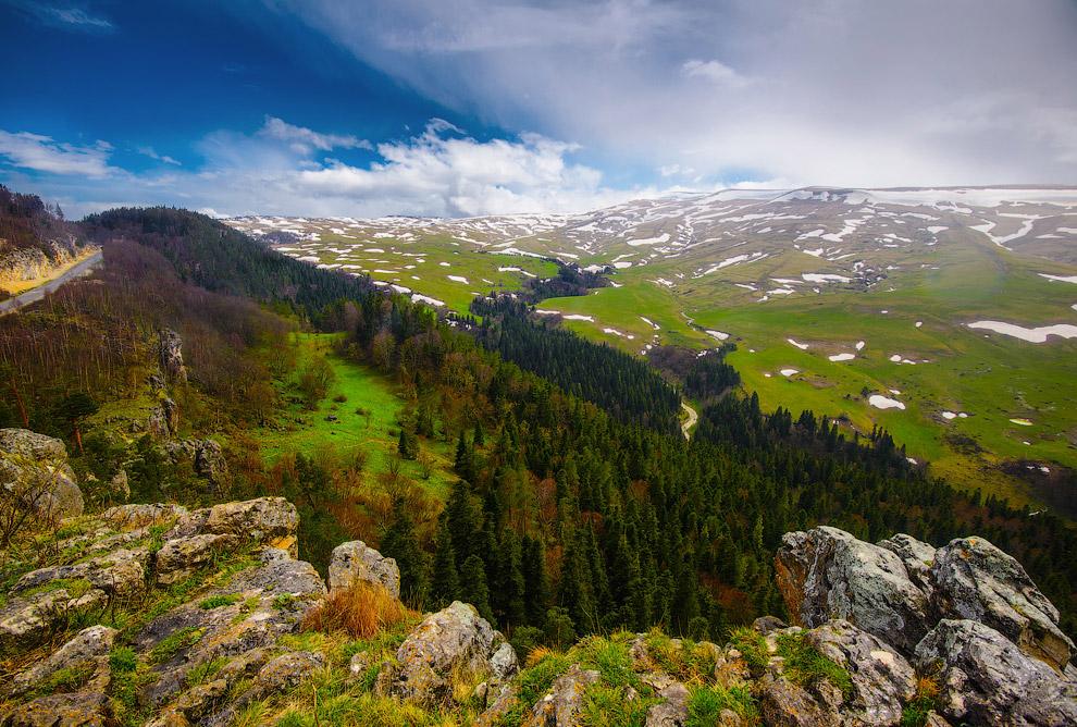 15. Плато расположено между хребтом Каменное море (на востоке) и горой Мессо (на западе). На юг