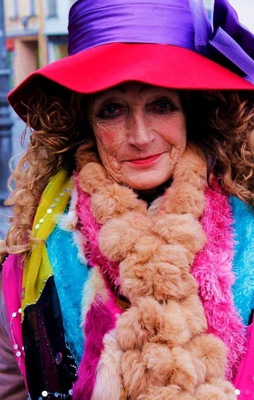 80-летняя бездомная из Вильнюса стала местной знаменитостью и настоящей иконой стиля (9 фото)