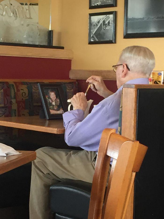 «Я обедал с мамой, а этот джентльмен — с фото своей покойной жены».