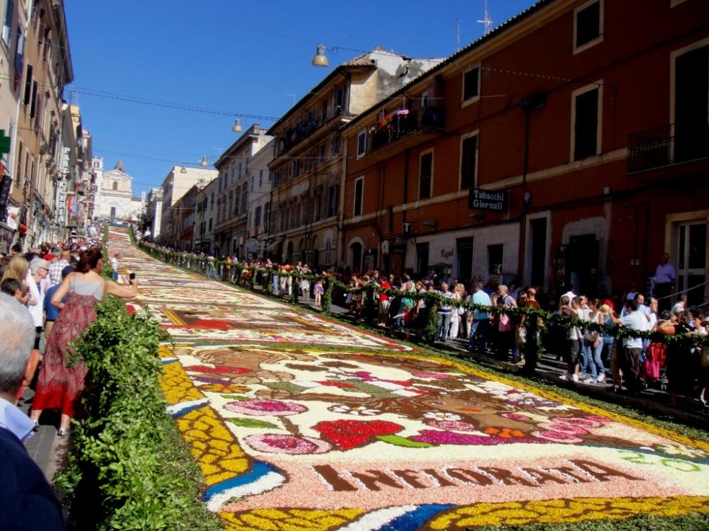 Этот фестиваль ведет свою историю от1778года, когда цветочными композициями город Дженцано-ди-Рома