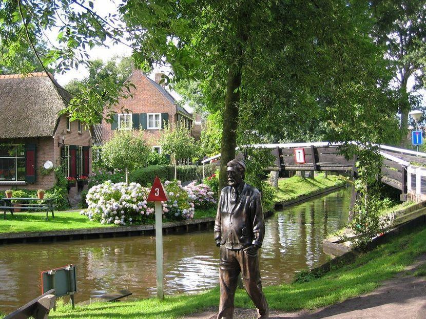 В основном дома расположены на островках и соединены деревянными мостами (по всей деревне их более 5