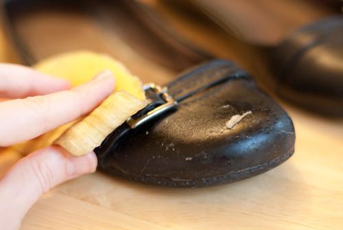 Ее даже можно использовать для чистки бытовых вещей. Срежьте ножом волокнистую часть кожуры — и
