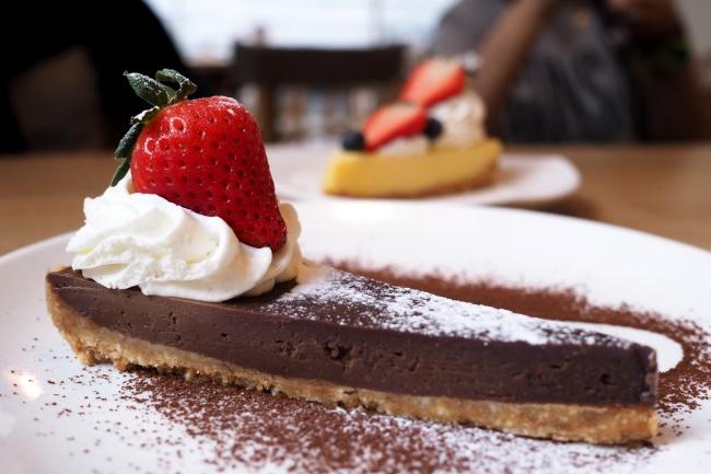 Ингредиенты: 250г печенья 150г сливочного масла 2плитки темного шоколада 3яйца 1ст. сахара, но