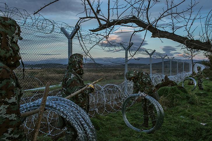 Македонские солдаты на греческой стороне границы построили заграждение, которое отделяет македонский