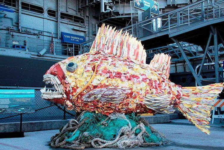 Скульптуры из пляжного мусора