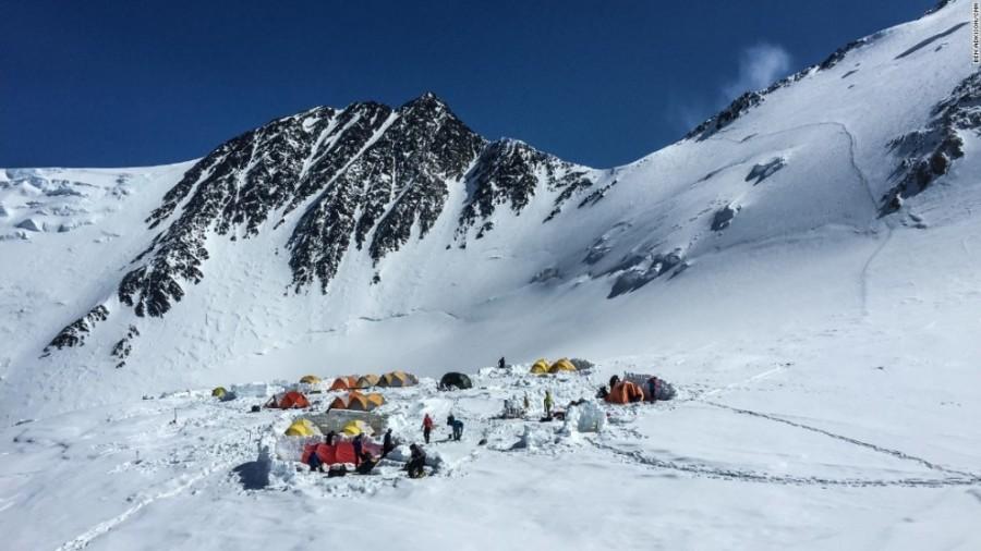 8. Альпинисты стараются получше отдохнуть в высокогорном лагере на высоте 5242 метра, ведь это после