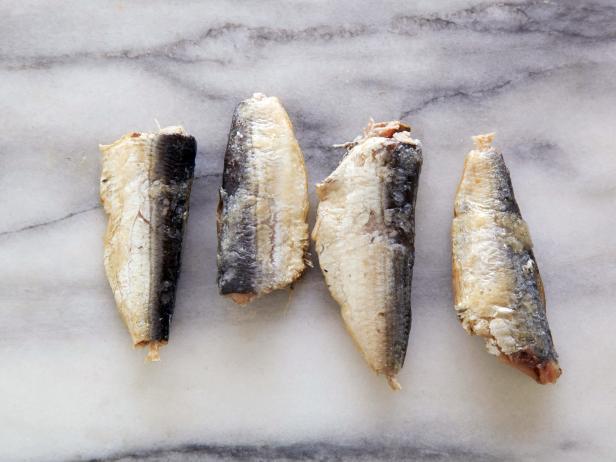 10. Сардины 4 консервированные в масле, высушенные = 100 калорий