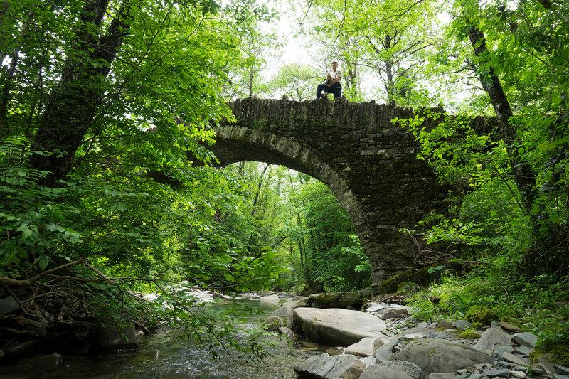 Старинный каменный мост Kasimina в горах Северный Пинд, Загория, Греция