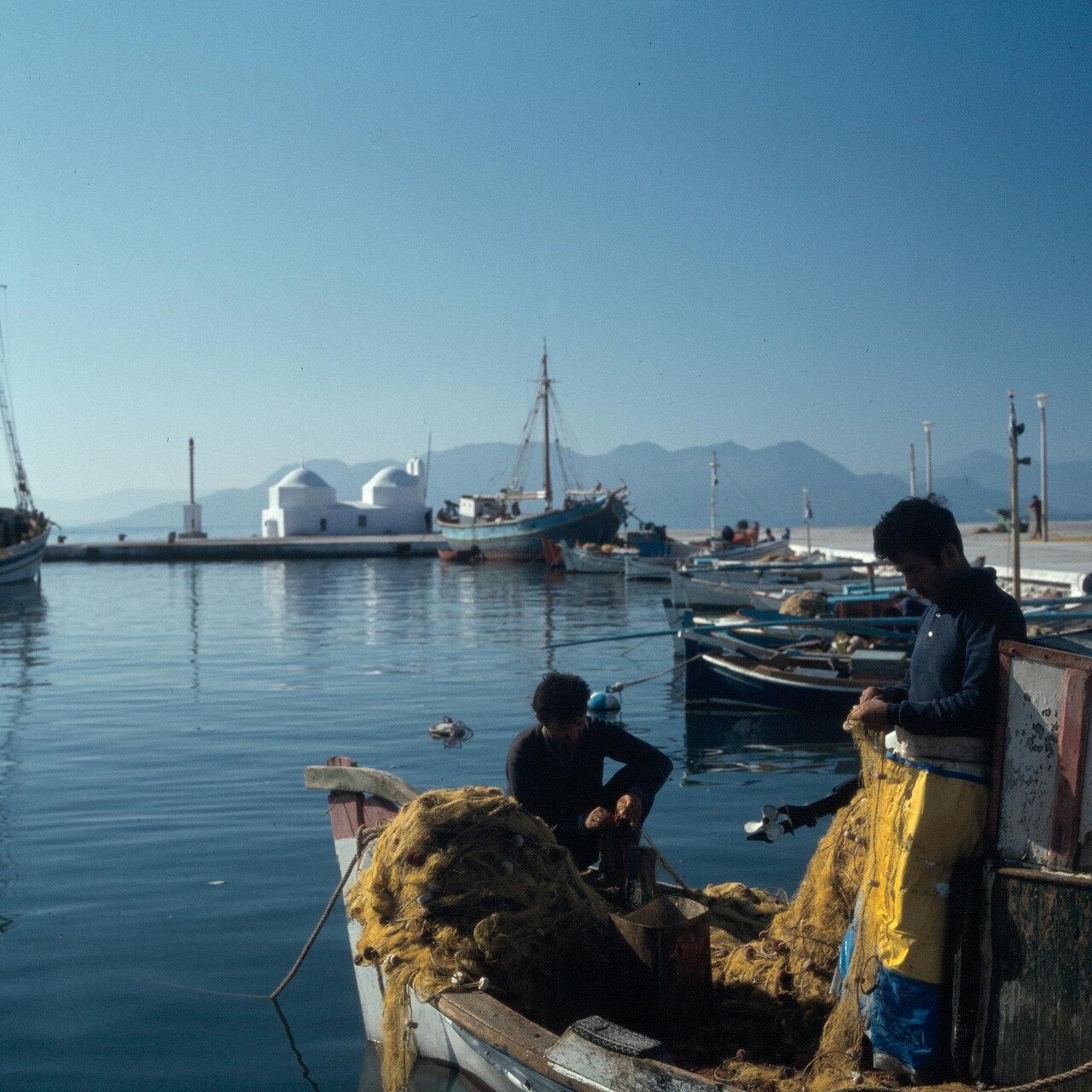 1970. Эгина. Рыбаки в гавани