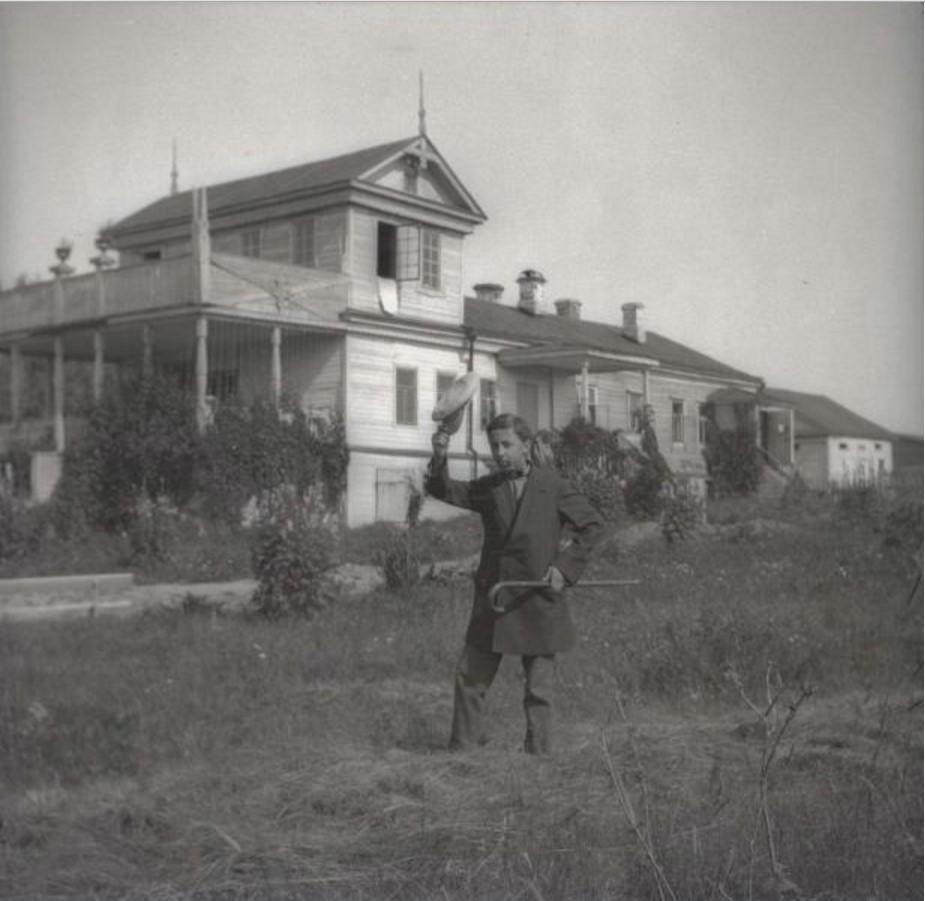 Юноша на поляне возле усадьбы