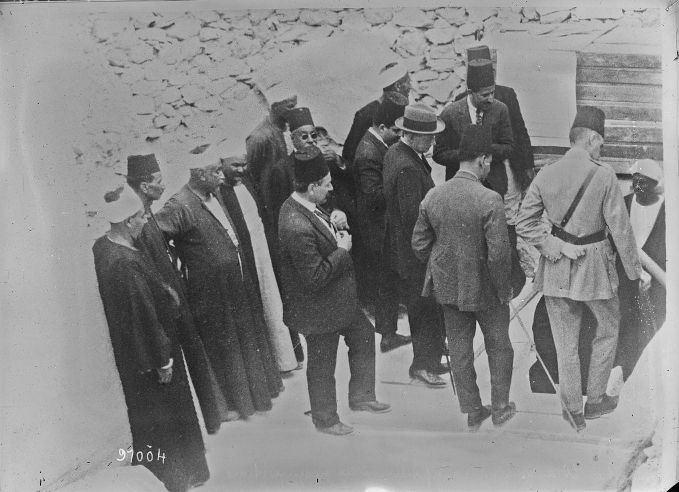 Иностранные и египетские министры при открытии гробницы Тутанхамона