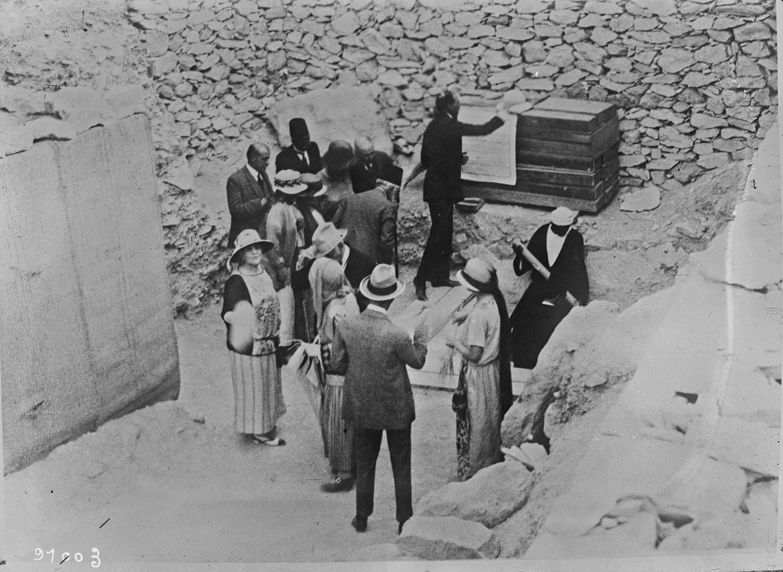 Министры иностранных дел и их жены, присутствовавшие на повторном открытии гробницы Тутанхамона