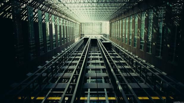 Жуткие кадры: Мужчина не смог выйти из лифта, который через мгновение упал с 30-го этажа (видео)