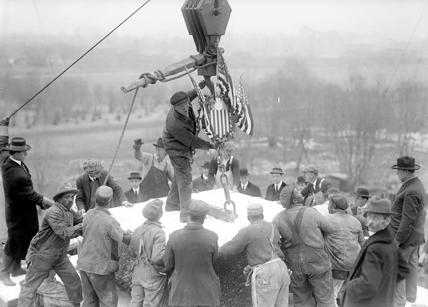 Рабочие позиционируют краеугольный камень мемориального здания в 1914