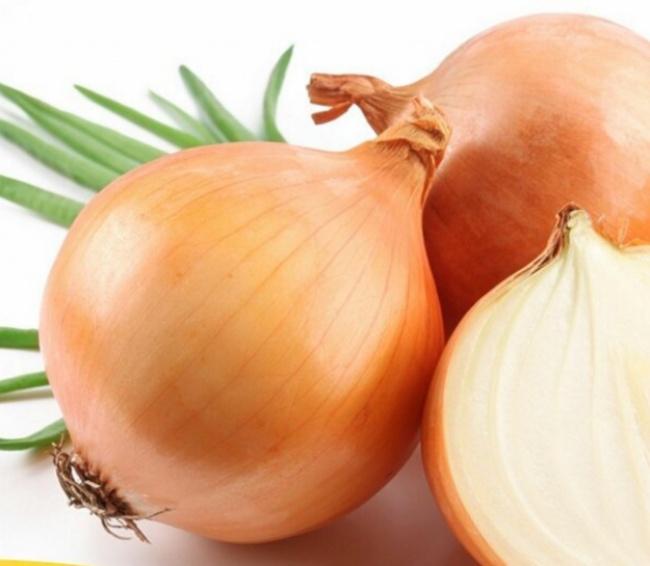 Если смазать маслом разрезанную сторону луковицы, она незавянет вхолодильнике втечение нес
