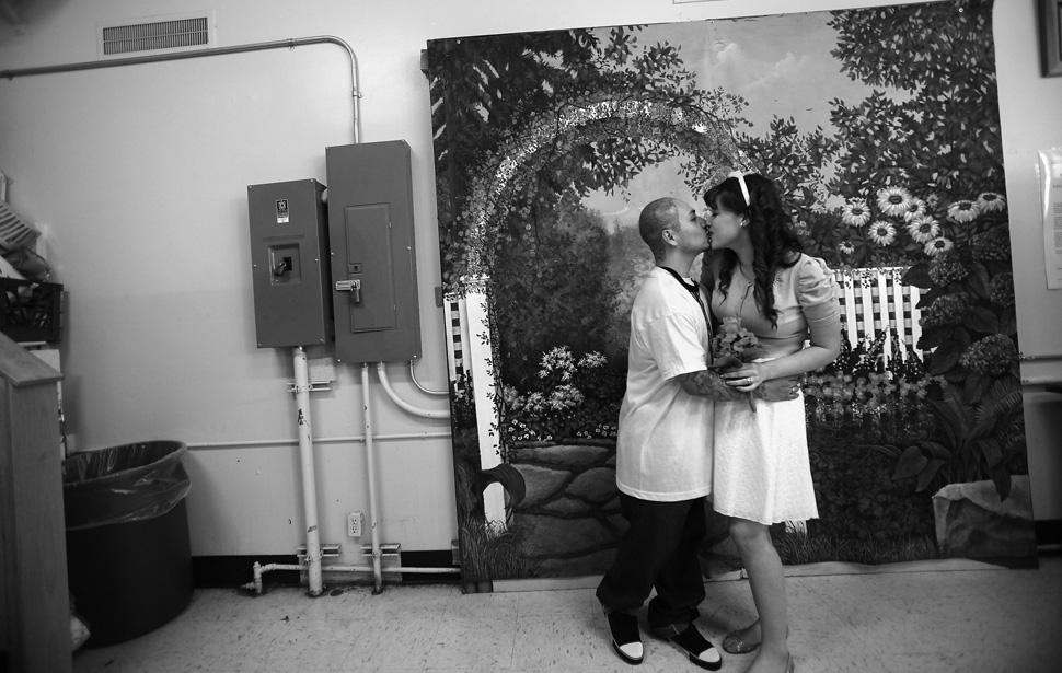 19. Фредди Гарсиа и Марина Левано фотографируются на фоне нарисованного сада. Гарсиа постоянно страд