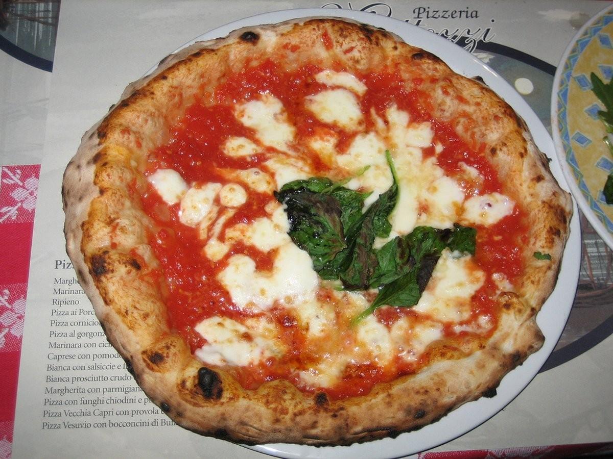 10. Съешьте лучшую в мире пиццу в Неаполе, Италия.