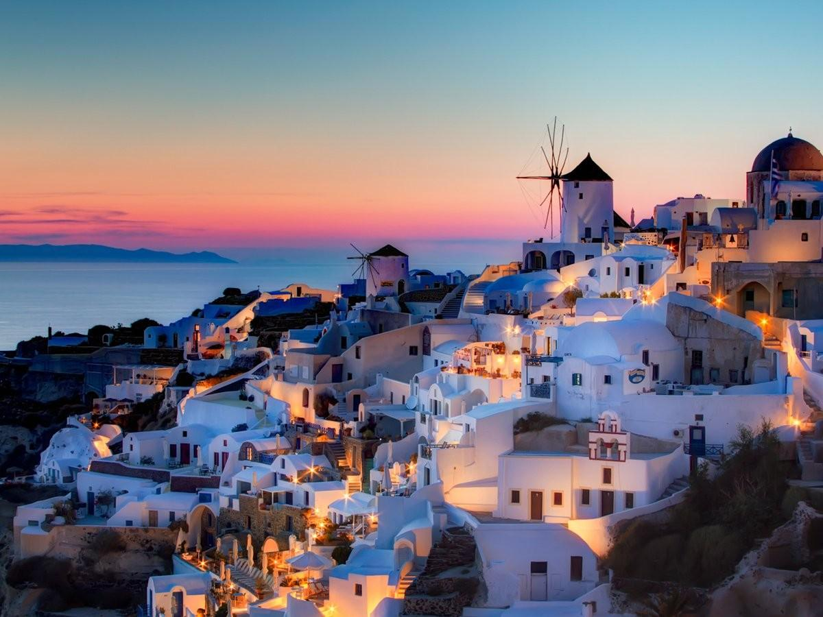 11. Полюбуйтесь закатом над Средиземным морем на Санторини, одном из самых красивых греческих остров