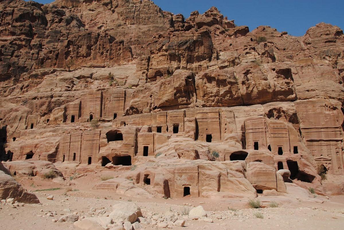 44. Исследуйте улицы Петры, древнего скального города в Иордании.