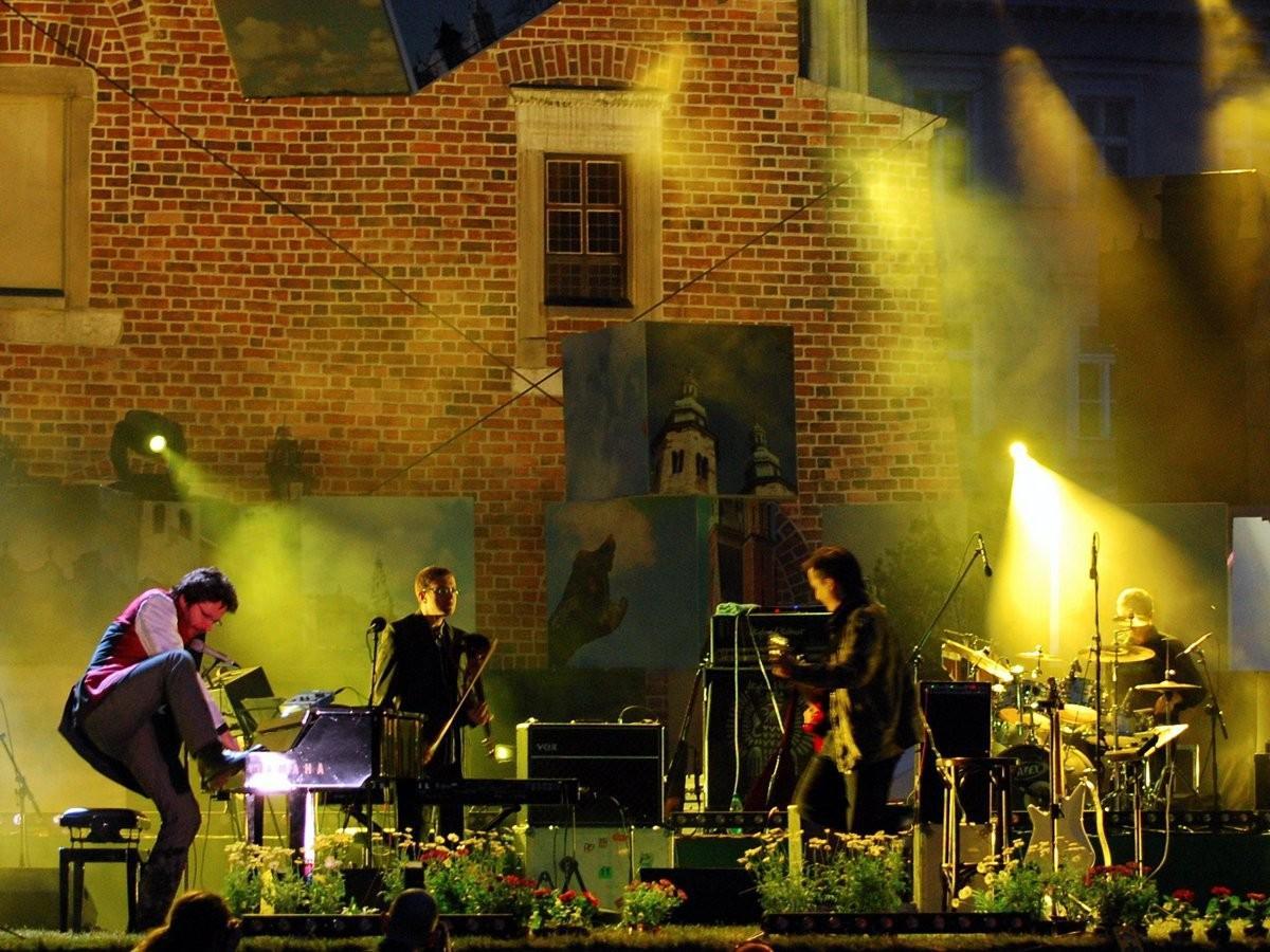 90. Потанцуйте под клезмерскую музыку в Кракове, Польша.