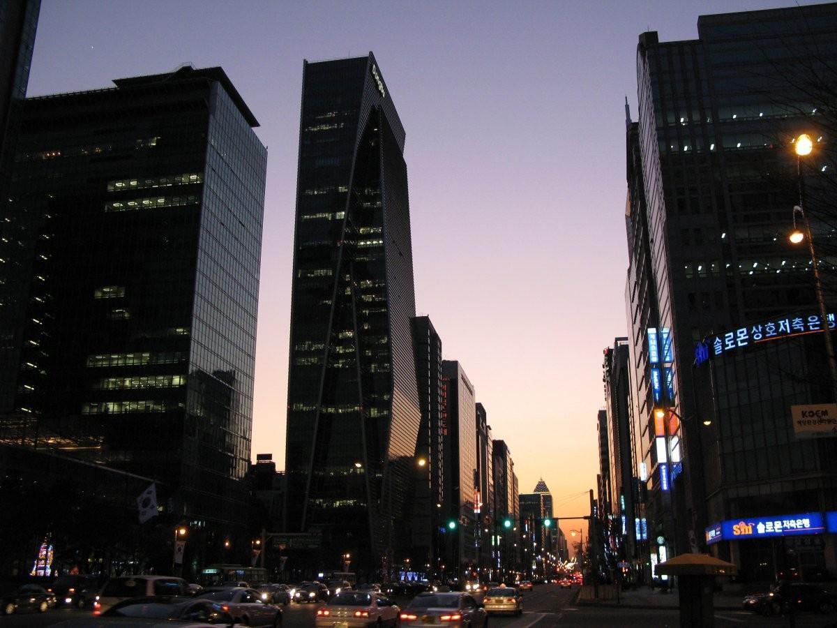 96. Пройдитесь по магазинам в районе Гангам в Сеуле .