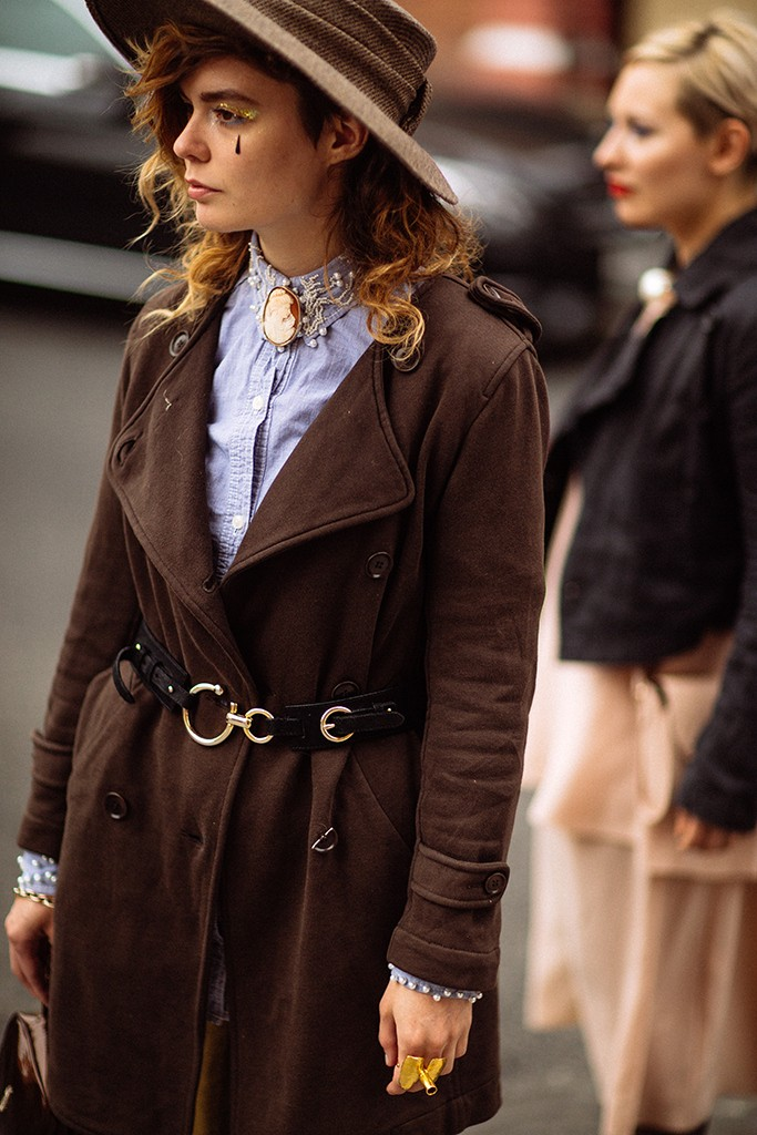4. В редакционном тексте WWD комментирует уличную моду в России так: «Что же они носят, прогуливаясь