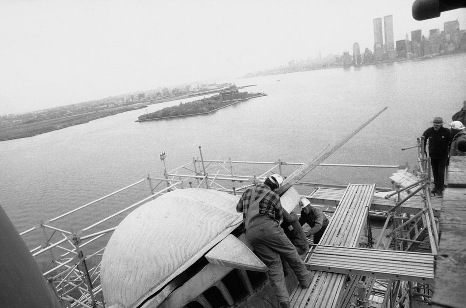 51. Рабочие устанавливают шипы в корону статуи Свободы во время реставрации памятника, 11 декабря 19