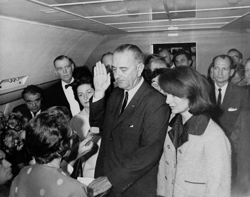 26. Жаклин Кеннеди на присяге Линдона Джонсона при вступлении его в должность президента США. Сразу