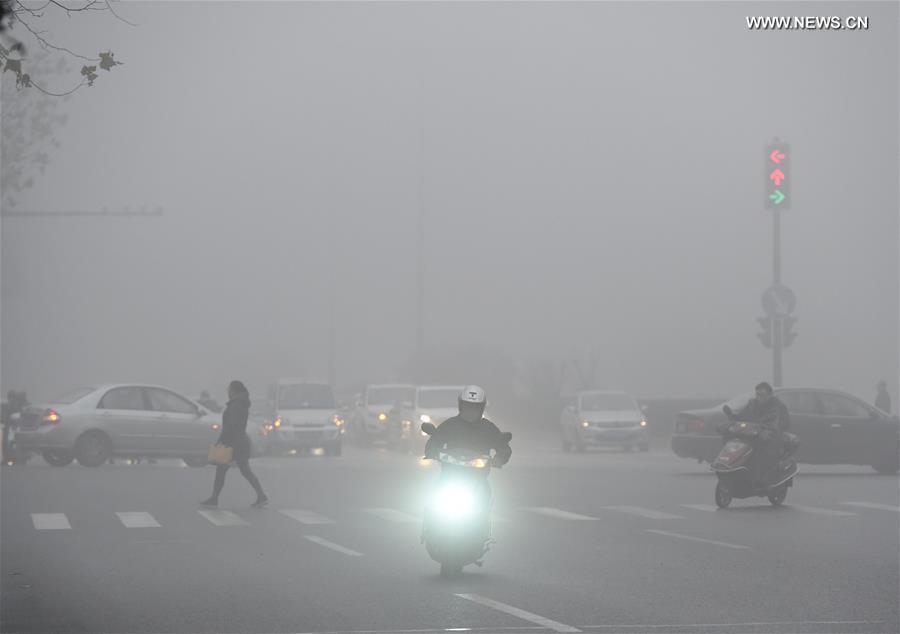 Движение на улицах Хэфэя затруднено из-за тумана.