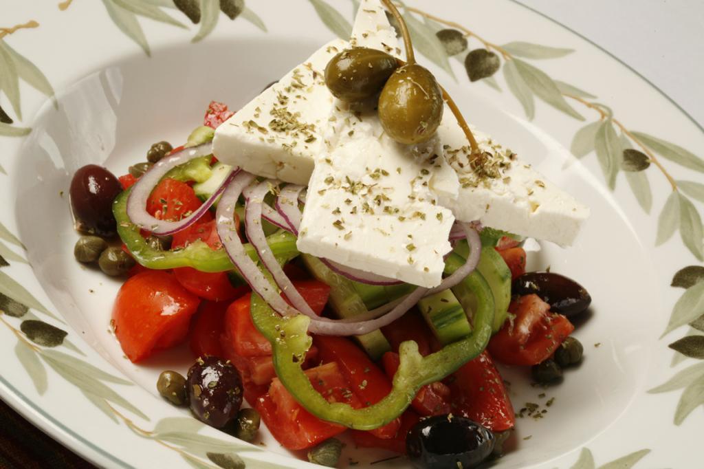 Греческий салат — звезда греческой кухни. Этот салат пестрит красками, так как включает в свой с
