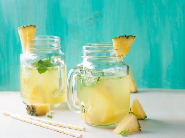 Ингредиенты: 1л воды 1лимон 1стакан сахара 1банка консервированных ананасов всобственном соку м