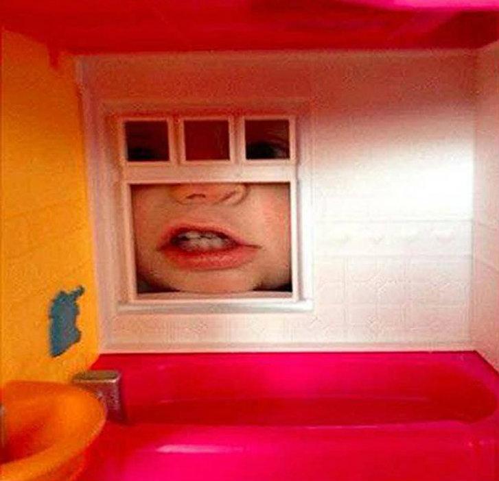 Девочка рассказывала своей маме, что за окном ее кукольного домика появляется чудовище.