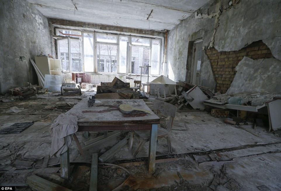 Заброшенный детский садик. Пыль покрыла пол и столы, а стены медленно рушатся.