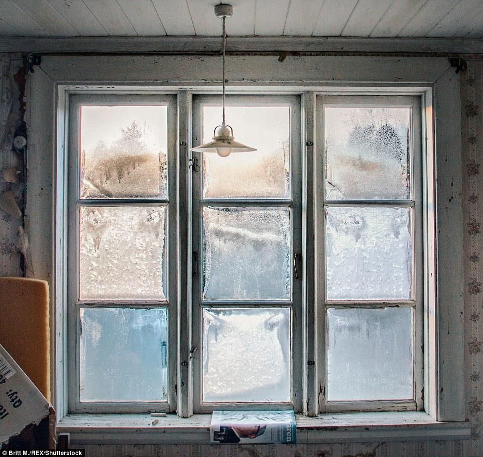 На подоконнике в этом доме в Вермланде лежит шведский журнал. В некоторых дома были какие-то намеки